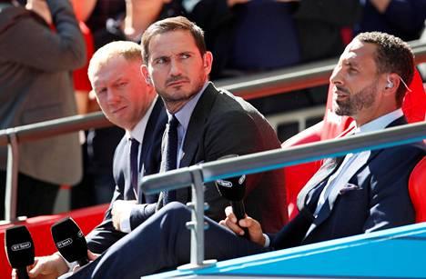Frank Lampard (kesk.) seurasi Englannin cupin loppuottelua Wembleyllä yhdessä Paul Scholesin (vas.) ja Rio Ferdinandin kanssa.