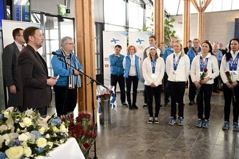 Urheiluministeri Paavo Arhinmäki puhui maanantaina Helsinki-Vantaalla. Hänen vierellään seisoi Harri Syväsalmi.