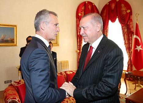 Turkin presidentti Recep Tayyip Erdoğan (oik.) isännöi Naton pääsihteeriä Jens Stoltenbergiä Istanbulissa viime viikon perjantaina.