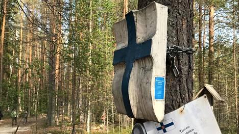 Sandarmohin joukkohaudan muistomerkkejä suomalaisille Stalinin vainojen uhreille Venäjän Karjalassa.