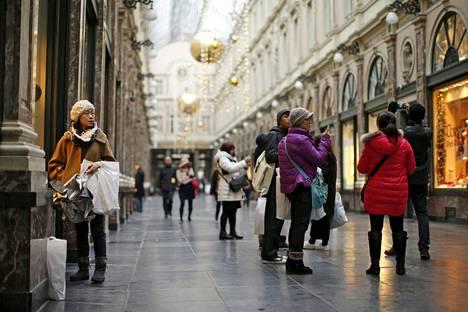 Turisteja Gallerie de la Reine -ostoskeskuksessa Brysselissä marraskuussa.