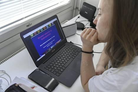 Lääketieteen opiskelija kuunteli virologian luentoa virusten rakenteesta ja lisääntymisestä tietokoneellaan kotona Helsingissä maaliskuussa.