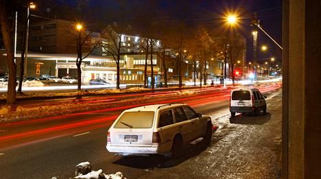 Helsinkiläisen Mechelininkadun asukkaita kuohuttaa asukaspysäköintipaikkojen poistuminen. Myös lehmusten kaataminen ja raitiovaunupysäkkien siirrot suututtavat väkeä.