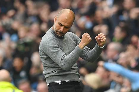 Pep Guardiola juhli Manchester Cityn maalia Manchester Unitedia vastaan.