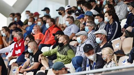 Aluehallintovirasto päättää perjantaina todennäköisesti kokoontumisrajoitusten kiristyksistä. Kuvassa yleisöä jalkapallon Veikkausliigan ottelussa Helsingissä.