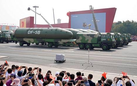 Kiinan Dongfeng-5B -ydinohjuksia sotilasparaatissa Pekingin Tiananmenin aukiolla lokakuussa 2019.