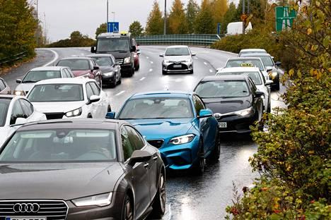 Aalto-yliopiston laajan aineiston perusteella hyvätuloiset suomalaiset ajavat eniten yksityisautoilla ja aiheuttavat myös keskimäärin eniten päästöjä.