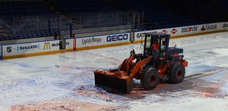Nassau Coliseumin jäätä poistettiin tiistaina New Yorkissa.