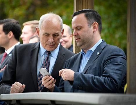 Valkoisen talon henkilöstöpäällikkö John Kelly (vas.) ja Dan Scavino tarkastelivat Scavinon puhelinta lokakuussa Marylandissa.