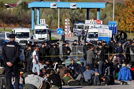 Poliisien rivistö pysäytti lokakuussa Bosniasta Kroatiaan pyrkineen siirtolaisryhmän maiden väliselle rajalle.