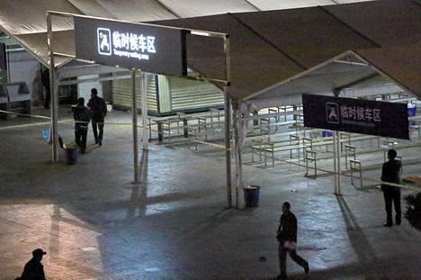 Kiinan poliisi tutkii Kunmingin rautatieasemaa sunnuntaina asemalle tehdyn veitsi-iskun jälkeen.