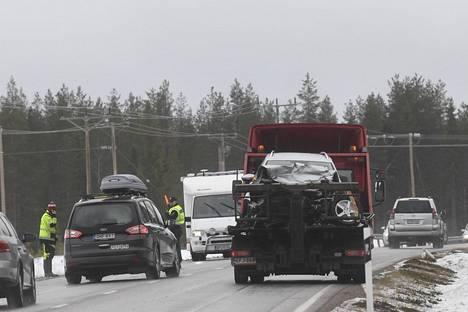 Kolaroitua auto kuljetettiin pois.