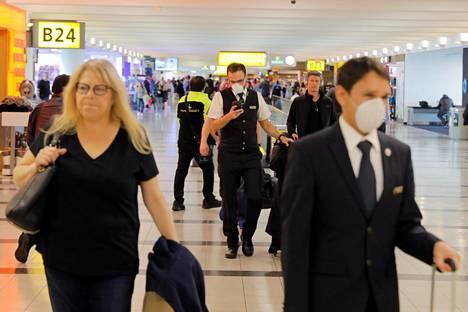 Osa matkustajista piti hengitysmaskeja John F. Kennedyn lentokentällä New Yorkissa 11. maaliskuuta.