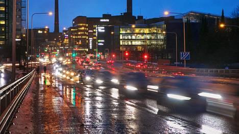 Porkkalankadulla Helsingin Ruoholahdessa riitti tiistaiaamuna ruuhkaa. HSL:n esittämän ruuhkamaksumallin mukaan ajo ruuhka-aikaan Helsingin kantakaupunkiin maksaisi 80 senttiä.