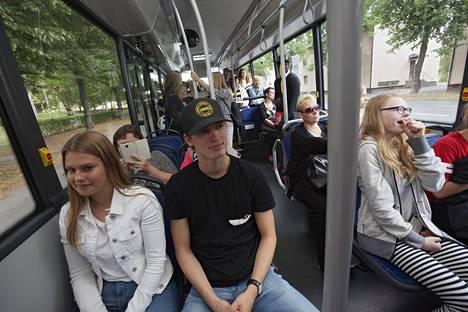 Kuopiossa paikallisliikenteen matkustajamäärät ovat viimeksi olleet 1980-luvun puolivälissä samalla tasolla kuin nyt. Anna-Stina Simonen (vas.), Santtu Happonen ja Heidi von und zu Fraunberg taittoivat kotimatkan kuopiolaisbussilla.
