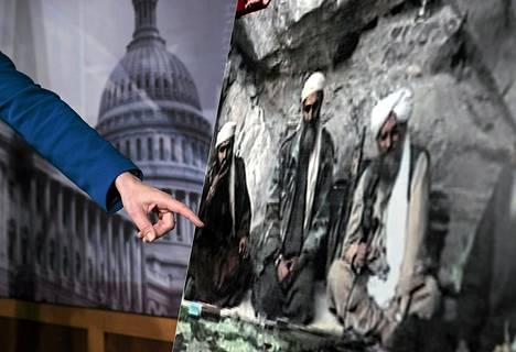 Senaattori Kelly Ayotte esitteli torstain tiedotustilaisuudessa kuvaa Sulaiman Abu Ghaithista.