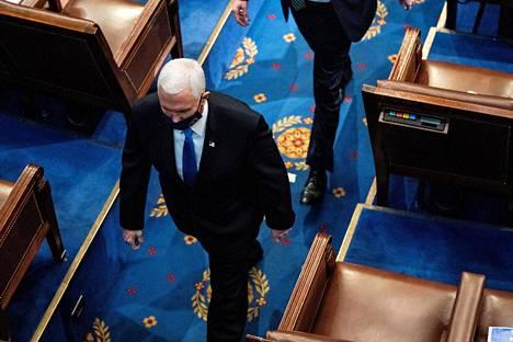 Varapresidentti Mike Pence poistumassa senaatin ja edustajainhuoneen yhteisistunnosta mielenosoittajien hyökätessä kongressitaloon 6. tammikuuta.