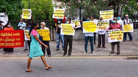Mielenosoittajat protestoivat Sri Lankan pääkaupungissa Colombossa hallituksen karanteenilakeja vastaan. He väittävät lakien rikkovan kansalaisten demokraattisia oikeuksia, kuten sanan- ja kokoontumisvapautta.