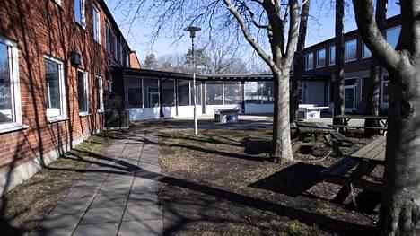 Koronaviruksen takia suljettu Kunskapsskolan-koulu Tukholman ulkopuolella Nackassa.