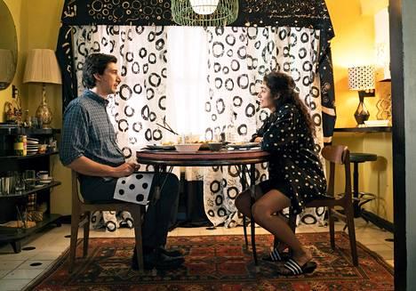 Paterson (Adam Driver) ja Laura (Golshifteh Farahani) elävät hyvää ja onnellista tavallista elämää.
