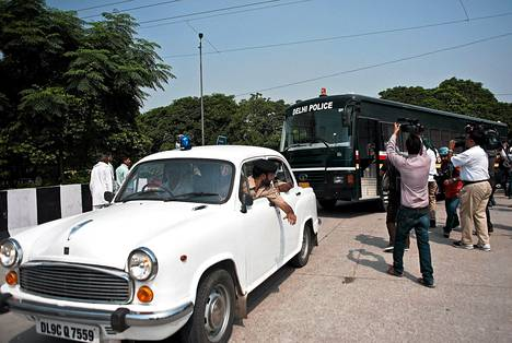 Toimittajat kuvasivat bussia, jossa arveltiin kuljetettavan yhtä joukkoraiskauksesta syytetyistä Saketin oikeustalolle Delhissä keskiviikkona.