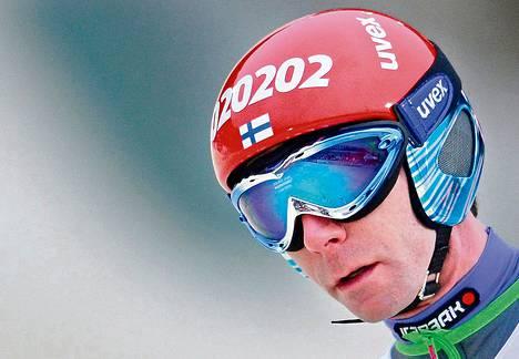 Mäkikauden avauskisa Saksassa oli keplottelua tuulen kanssa. Olympialaisiin kuudennen kerran lähtevä Janne Ahonen oli paluukisassaan 16:s.