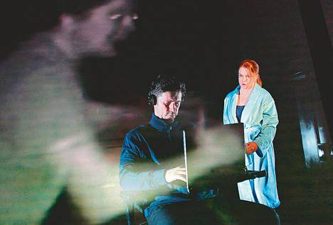 Unelmavaimon (Elina Knihtilä) logiikka pettää aviomiehen (Tommi Korpela) surmaa selvittävissä kuulusteluissa.