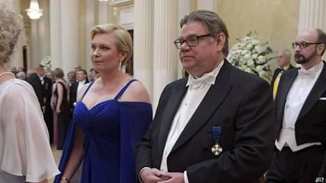 Ulkoministeri Timo Soini ja puoliso Tiina (vas.) saapuivat itsenäisyyspäivän vastaanotolle tiistaina.