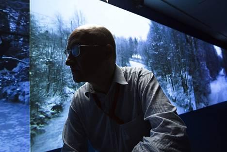 """""""Toivoin teokselleni tilaa, jossa on 3x15 metrin seinä projisoinneille. Tämä on täydellinen"""", Mika Taanila sanoo Orangerie-museon salista, jota hänen videoteoksensa Suomen sähköisin kunta hallitsee."""