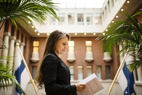 """""""Verotus kannustaa siihen, että ihminen siirtää omistajaoikeudet finanssilaitoksille, koska niillä on veroetu. Tässä haetaan vain neutraalisuutta"""", Pörssisäätiön toimitusjohtaja Sari Lounasmeri sanoo Pörssitalossa."""