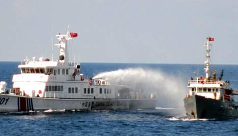 Vietnamin ulkoministeriön julkaisemassa kuvassa Kiinan rannikkovartioston alus ampuu vietnamilaislaivaa vesitykillä. Kuva on otettu viime sunnuntaina.