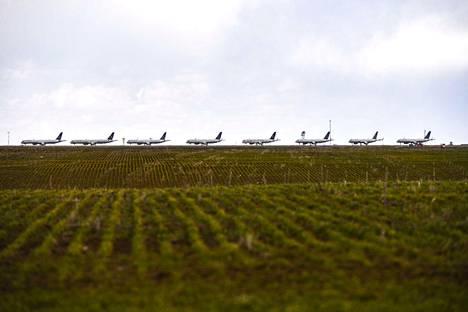 United Airlines -lentoyhtiön koneita peltonäkymässä Denverin kansainvälisen kentokentän liepeillä Yhdysvaltojen Coloradossa 22. huhtikuuta.
