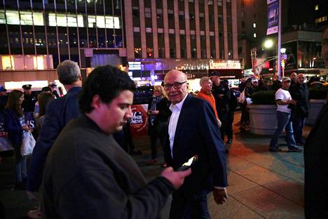 Trumpin kannattajia seurasi vuoden 2016 presidentinvaalien ääntenlaskentaa News Corporationin pääkonttorin luona. Keskellä Rupert Murdoch poistumassa toimistolta.