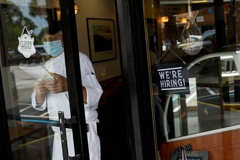 Yhdysvalloissa uskotaan, että etenkin palvelualojen työpaikkoja avautuu pandemian hellittäessä lisää. Miamilainen ravintola etsi uutta työvoimaa myös vuosi sitten toukokuun loppupuolella, jolloin koronarajoituksia avattiin.