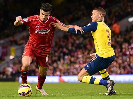 Arsenalin puolustaja Kieran Gibbs (oik.) yritti pysäyttää Liverpoolin brasilialaishyökkääjä Philippe Couthinhoa.