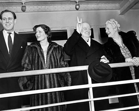 Lady Mary Churchill Soames (toinen vas.) miehensä ja vanhempiensa kanssa maaliskuussa 1949.