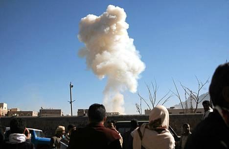 Jemeniläiset katselivat savua, joka nousi autopommin räjähdyksestä Sanaassa torstaina. Pommin epäillään olleen itsemurhaisku, joka oli suunnattu maan puolustusministeriöön.