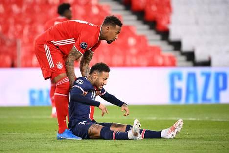 Bayern Münchenin Jérôme Boateng (vas.) auttoi PSG:n Neymarin ylös joukkueiden kohdatessa Mestarien liigan puolivälierien toisessa osaottelussa 13. huhtikuuta 2021.