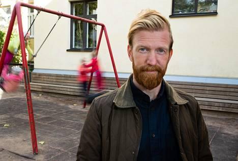 """""""Ei se ole ollut kenellekään mikään juttu, kun ilmoitin ryhtyväni lastenhoitajaksi"""", Juha Alhokoski kertoo työpaikkansa pihamaalla Helsingin Kruununhaassa."""