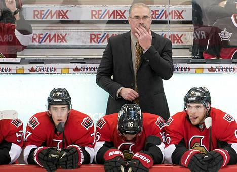 Ottawa Senatorsin valmentaja Paul MacLean seurasi peliä viime vuoden marraskuussa.