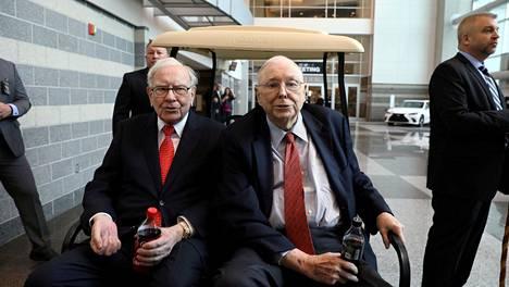 Berkshire Hathawayn puheenjohtaja Warren Buffett (vas.) ja varapuheenjohtaja Charlie Munger kuvattiin Berkshire Hathawayn edellisessä yhtiökokouksessa viime toukokuussa.