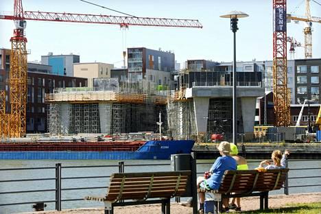 Uuden lain mukaan päävastuullisella rakentajalla tulisi olemaan vastuu rakennuksen virheistä viisi vuotta. Nykyisessä laissa vastuuaikaa ei määritellä lainkaan. Kuvassa rakenteilla oleva Clarion-hotelli Helsingin Jätkäsaaressa vuonna 2015.