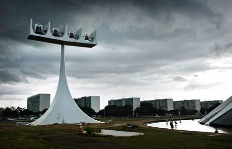 Pääkatedraalin kello taustallaan ministeriöiden reunustama Esplanada dos Ministérios.