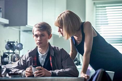 Charlie Smith (Greg Austin) on todellisuudessa prinssi tähtien takaa, ja opettaja Quill (Katherine Kelly) hänen suojelijakseen pakotettu vihollisheimon edustaja.