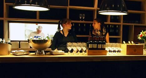 Pjazzan viinibaarissa kelpaa maistella italialaisia viinejä.