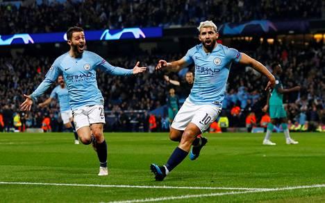 Manchester Cityn pelaajat Sergio Aguero (oik.) ja Bernardo Silva juhlivat maalia Mestarien liigan ottelussa Tottenhamia vastaan huhtikuussa 2019.