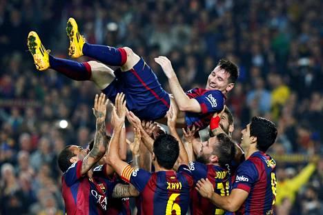 FC Barcelonan edesottamukset kiinnostavat ihmisiä sosiaalisessa mediassa. Kuvassa joukkuekaverit juhlivat kesäkuussa Lionel Messin tekemää maalia.