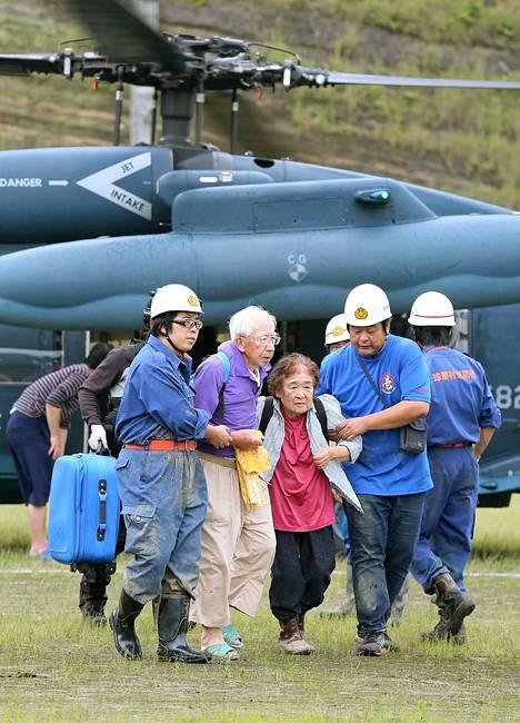 Pariskunta evakuoitiin armeijan helikopterilla Kumamoton prefektuurissa sunnuntaina.