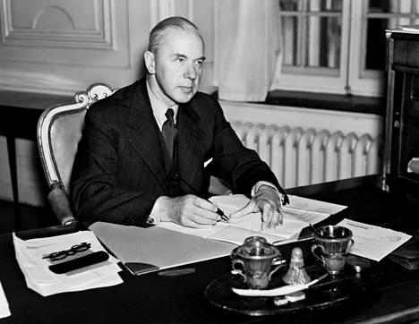 Nobel-komitean puheenjohtajana toimi vuonna 1969 Anders Österling. Hän kärsi arvovaltatappion voittajasta äänestettäessä. Erimielisyys vuoden 1969 voittajasta riitautti komitean ja repi myös 18-jäsenisen Ruotsin akatemian.