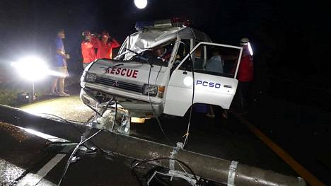 Myrskyalueelle hälytetty ambulanssi oli joutunut kaatuneen sähköpylvään runtelemaksi Conzagassa filippiiniläisessä Gagayanin maakunnassa lauantaina.